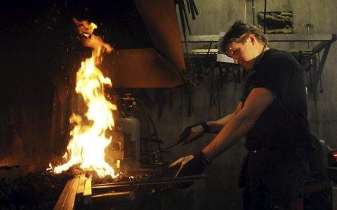 Varmt nok: I essa på Myhre smie varmes jernet med kull eller også med en egen gassbrenner for mindre arbeider.