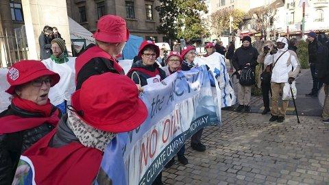 Besteforeldrene fra oljelandet Norge vekker oppsikt med sine sanger og paroler midt i gatene i Paris.