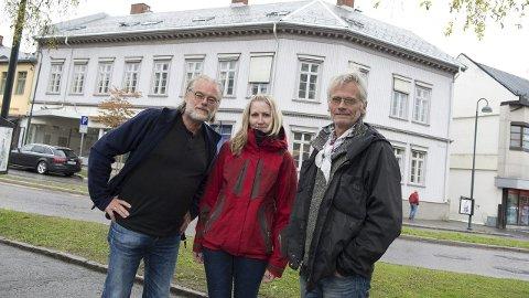 Kulturminne: Hunnsvegen 1 (Apotekergården), i bakgrunnen, fikk lagt om skifertak med 450.000 kroner                                 i tilskudd fra Norsk Kulturminnefond. Fra venstre: Trond Raddum, Sunniva Fonn og Einar Engen.Foto: Henning Gulbrandsen