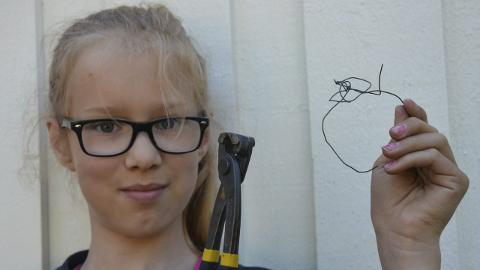 DYREPLAGERI: – Denne ståltråden hadde Tussi rundt halsen, sier Marit Helmine Onsum. De måtte bruke tang for å få fjernet den.