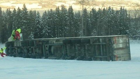 Ufarlig: Det så dramatisk ut, men ingen personer kom til skade da lastebilen kom litt vel langt ut på vegkanten. Det store kjøretøyet berges senere.