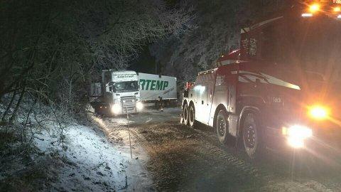 Et vogntog måtte berges i Kloppenvegen på Lena søndag kveld. (Foto: Kai Myhrvold)