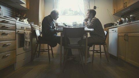 DOKUMENTAR: Denne scenen er hentet fra   videodokumentaren som Anton Ligaarden (t.h.) har laget om sin bestefar.