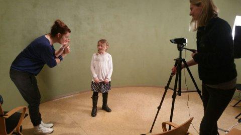 PRØVESPILTE: Kaja Christine Elton Myhrby får kyndig veiledning av Ingrid Nordby under auditionen i Gjøvik.