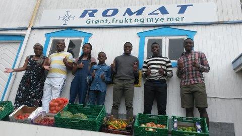 Familien Kongolo: Beatrice (f.v.), Roger, Gracia, Nissi, Christian, Caleb og Josué bidrar gjerne i butikkdriften.
