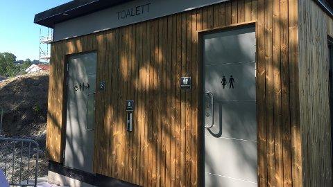 OFFENTLIG: Toalettetbygget i Rambekkvika er til sjenanse for naboer og vurderes flyttet.Arkivbilde
