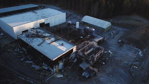 STORE ØDELEGGELSER: To menn omkom i eksplosjonen/brannen hos Metallco Aluminium på Eina. Dronebilde: Alexander Ranum Nilsen