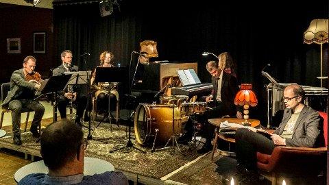 Tonesatt krim: Hans Olav Lahlum og Traktor holdt fredag kveld noe så unikt som en krimkonsert i Fyrverkeriet kulturhus på Raufoss