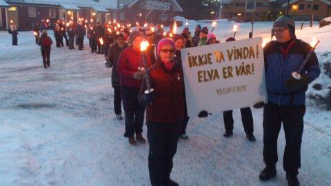 Totalt stolte rundt 100 opp til fakkeltoget som protsterer mot utbygingen av elva Vinda i Øystre SLidre: Foto: Ole Morten Fossli