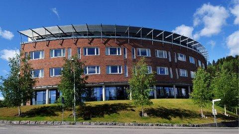 SENTRUMSBEHOV: - Administrasjonen har lagt fram en oversikt over eksisterende bygninger som kan gjøres om til for eksempel bokollektiv for omsorgstrengende, skriver artikkelforfatterne.