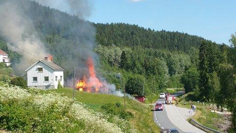 BRANT NED: Låven ble raskt flammenes rov, og ilden spredte seg til bolighuset. Foto: Innsendt