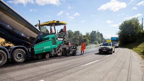 PÅ TOTEN: Peab legger for øyeblikket asfalt på strekningen mellom Skreia og Billit.