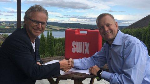 BYTTER JOBB: Åge Skinstad (t.v.) går fra NHO til Swix. Det er Tomas Holmestad glad for. Pressebilde