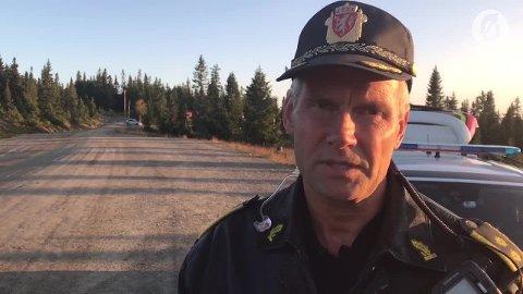 UKJENT ID: Lensmann Terje Krogstad opplyser at de så langt ikke har fått resultatet av DNA-prøven som skal fastslå identiteten til den døde mannen som ble funnet på Sjusjøen søndag ettermiddag.
