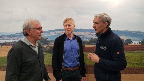 MØTTES: Lasse Heimdal i Norsk Friluftsliv, Oddbjørn Flataker i TYR og Per Skorge i Bondelaget er enige om å styrke informasjonen om hvordan forholde seg når man møter kyr i utmark.