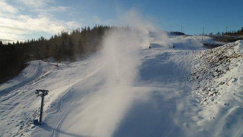 GUNSTIGE FORHOLD: I Valdres Alpinsenter har snøkanonene gått for fullt de siste dagene. Derfor kan Fjellstølheisen øverst i Aurdalsåsen starte til helga. Foto: Valdres Alpinsenter