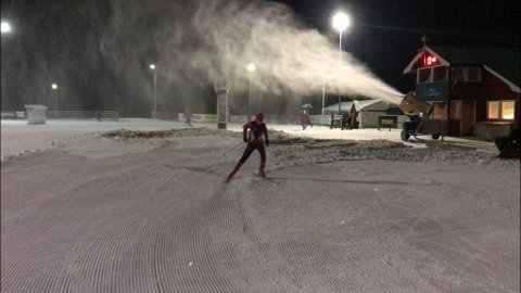 Vilde Revelj Vigerust var først skiløper som prøvde kunstsnøen i Karidalen onsdag kveld.