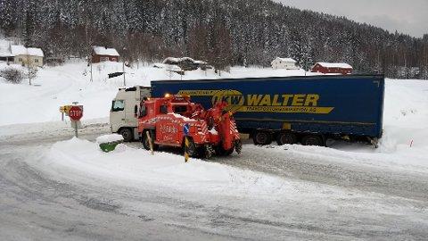 Vogntoget ser ut til å ha sklidd ut med bakdelen i grøfta, og sperrer krysset på Svingvoll.