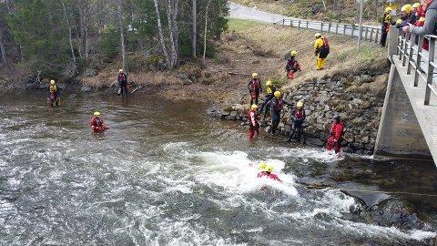 FRISKT: Det er utfordrende å drive redning i elv med strie strømmer. Foto: Røde Kors