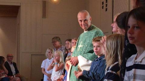 GJENSYNSSANG: Barn og ledere fra søndagsskolen på Engehaugen sang på avskjedsgudstjenesten for Gregers Lundh.