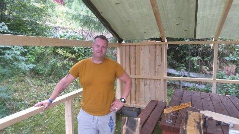 IRRITERT: John Enger ble i natt frarøvet ei kappsag med tilhørende bord, som sto inne i paviljongen under oppføring i hagen.