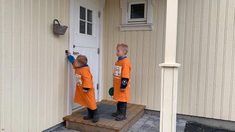 ALLE MONNER SMÅ: Phillip Rølla Breiland (5) og William Rølla Breiland (3) var med pappa Espen Østvold Rølla for å samle inn penger til Care, søndag.