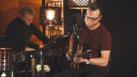 HALVOR leverte nære og intime versjoner av sine indiepop noir-låter til stor begeistring fra et lydhørt publikum.