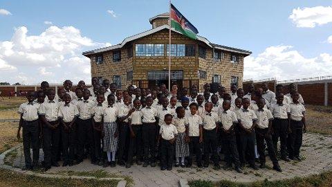 Alle de døve elevene utenfor internatskolen i Isinya utenfor Nairobi, Kenya