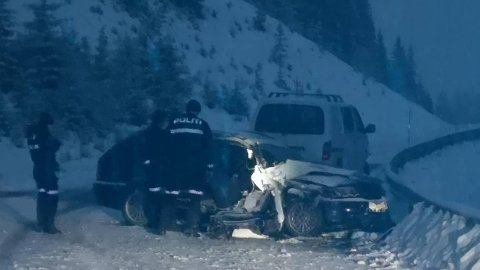 UNDERSØKES: Vegen ble stengt i lengre tid etter ulykken, og ulykkesbilene ble undersøkt av krimteknikere. Foto: Stig Kenneth Limmesand