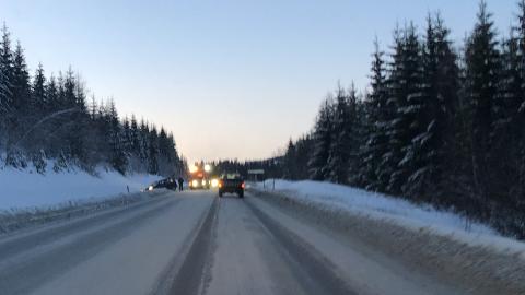 To biler havnet i grøfta ved avkjøringen til Skjerven skog