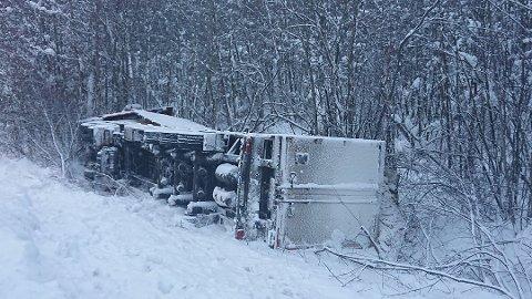 I GRØFTA: Mange utenlandske vogntogsjåfører sliter på vinterføre. Sp vil ha tiltak. (ARKIVBILDE)
