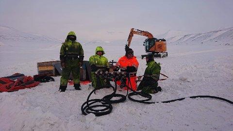 BERGET: Lars Jørgen Brennhagen og Tommy Reboli fra Bilberging Innlandet var storfornøyd etter å ha berget en over 50 tonn tung gravemaskin på Svalbard onsdag.