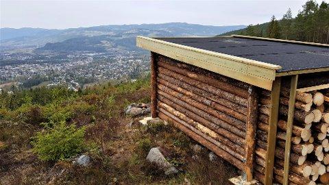 FERDIG: Utsiktsplassen og gapahuken er bruksklar.