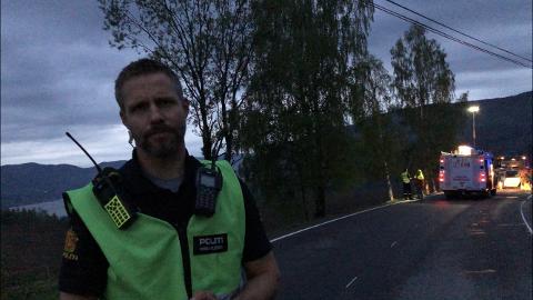Politiets innsatsleder, Steinar Andersen, forteller at føreren av bilen trolig døde momentatn da han kjørte ut av vegen og traff ei bjørk.
