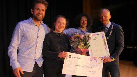 DRØMMESTIPEND: 17-åringen Julian Finnbråten Steinsrud sammen med Frikar-ansatte og ordfører Kjell Berge Melbybråten under prisutdelingen onsdag.