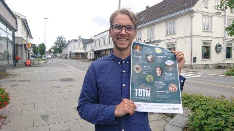 KLAR FOR FESTIVAL: Gaute Flesvig Schröder viser stolt frem årets program for Toten Litteraturfestival.