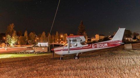 KOM FRA DANMARK: Det var en Cessna 150 som landet på et jorde ved Bilittkiosken