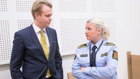 BISTÅR: Bendik Støen Thoresen, her i samtaler med politiadvokat Trine Hanssen, er oppnevnt som bistandsadvokat for moren til den drepte Roar Engelund (34).
