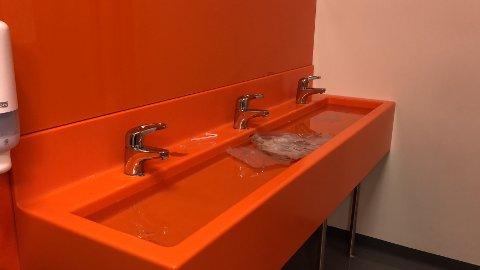 TETTET VASKER: 12 tette håndvasker ga oversvømmelser i skolelokalene.
