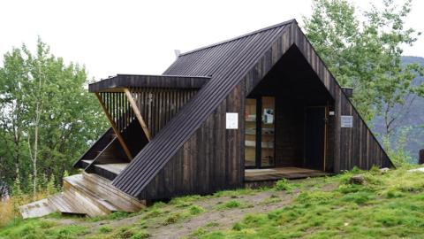 DAGSTURHYTTE: Denne dagsturhytta  i i Sogn er inspirasjon for dagsturhytteprosjektet i Innlandet.