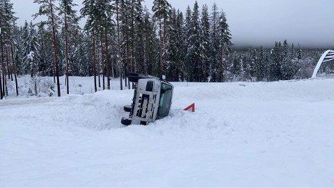 GLATT: Det er svært glatt på veiene i Innlandet og det har vært flere ulykker.