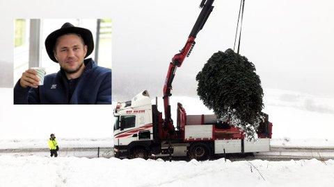 JULETRÆR TIL OVERS: Erik Lønnum hos Juletrekompaniet opplyser om at de kalkulerer med fem prosent tap med juletrær til overs. Disse blir til jord og ny næring for annen skog.