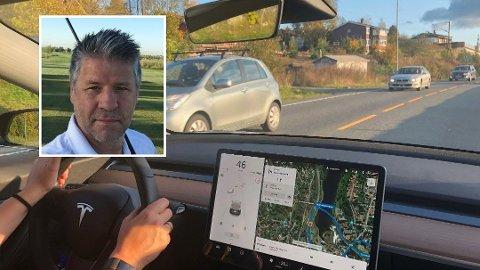 NEKTER Å BETALE: Jan Rafn eier en Tesla 3, lik som på dette bildet. Han ble stoppet av politiet for å ha brukt mobiltelefon under kjøring. Rafn selv mener han bare trykket på touchskermen i bilen og nekter å betale boten. Foto: Rene Svendsen/Privat
