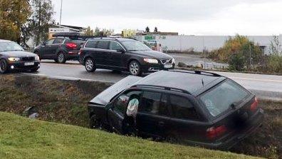 I GRØFTA: En bil havnet utenfor veien på Gjøvik fredag ettermiddag.