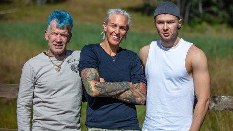 NYE DELTAKERE: Torstein Knutsen, Anette Svendsen og Gunnar Svingen sjekker inn på «Farmen» som utfordrere.