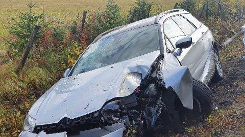 KJØRT AV: Bilen har tatt med seg en stolpe på veien ned i grøfta.