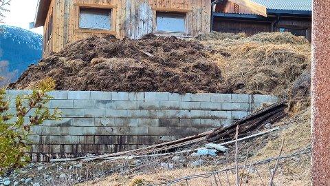 GJØDSEL: Lekkasje fra et utvendig gjødsellager er noe av det bonden har fått pålegg om å rette opp i. Bildet viser situasjonen i april i år.