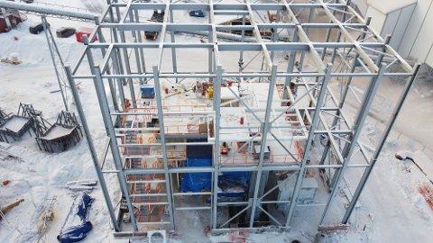 ARBEIDSULYKKE: Dette er stålkonstruksjonen til møllen som er under oppføring på Franzefoss' kalkverk ved Bøverbru. Bildet er tatt en annen dag enn ulykken skjedde.