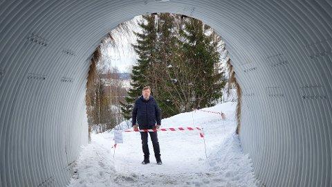 STENGT: Åge Pedersen mener gang- og sykkelveien går over hans private grunn, og at han har rett til å stenge den for allmenn ferdsel.