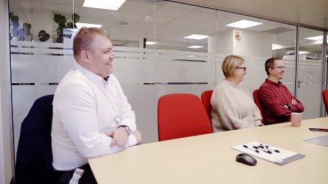 TRENGER FOLK: EG Norge trenger mange nye ansatte. De frister blant annet med humor i sin stillingsannonse og det ser jo ut som Roar Stegegjerdet, Unn Kristin Fosnes og Emil Heisum Valbjørn har det ganske gøy på jobb.